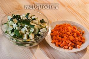 Почистить и порезать мелкими кубиками кабачки и морковь.