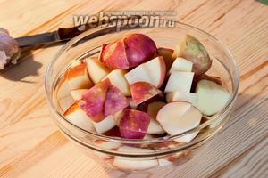 Почистить и порезать чуть более крупными кубиками картошку.