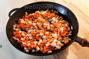 Когда лук с чесноком станут прозрачными, добавляем морковь.