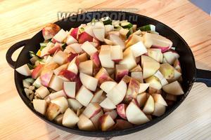 В слегка обжаренную заготовку добавляем оставшиеся овощи, перемешиваем и закрываем крышкой. Огонь не должен быть большим, чтобы не пригорело наше рагу. Периодически заглядываем и перемешиваем.
