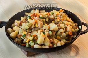 Когда овощи станут полупрозрачными, солим и опять оставляем под крышкой перемешанное рагу.