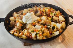 Готовность определяем по картошке. Когда она хорошо разламывается, добавляем майонез или сметану. Оставляем под крышкой на 2 минуты.