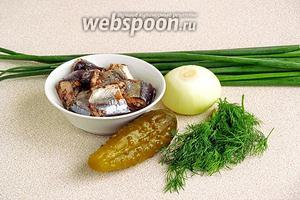Для приготовления начинки нужно взять консервированную сайру, солёный огурец, зелень укропа, репчатый  и зелёный лук.