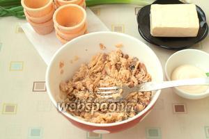 Консервированную горбушу переложить в подходящую тарелку и размять вилкой.