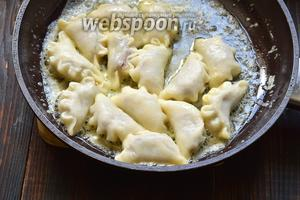 Готовые вареники сразу же выкладывать в сковороду с растопленным сливочным маслом.