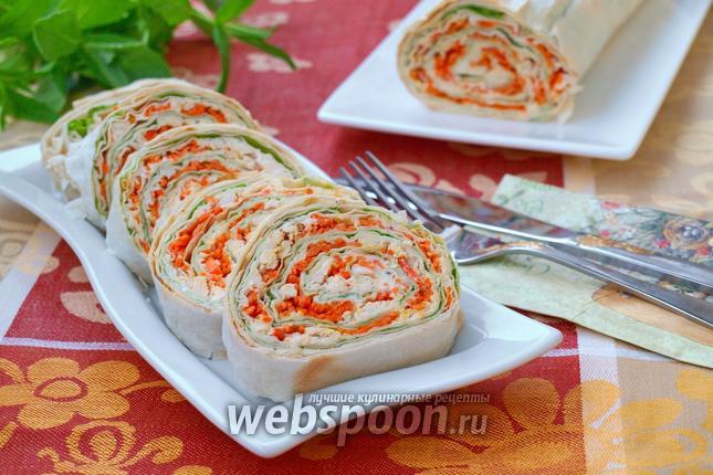 Фото Рулет из лаваша с курицей и корейской морковью