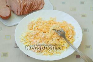 Натереть твёрдый сыр и сваренные вкрутую яйца, смешать их с половиной плавленого сыра. Можно добавить ложку майонеза, чтобы смесь лучше наносилась.