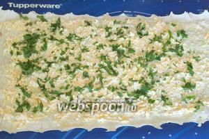 Накрыть вторым лавашом, который смазать смесью сыра и яиц, не доходя до края на 15-20 см. Посыпать сверху измельчённой петрушкой.