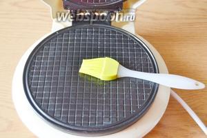 Панель электровафельницы разогреваем и смазываем растительным маслом. Это нужно сделать 1 раз. При дальнейшем выпекании вафелек, этого делать уже не надо.