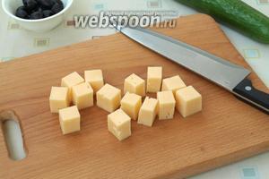 Твёрдый сыр нарезать кубиками.