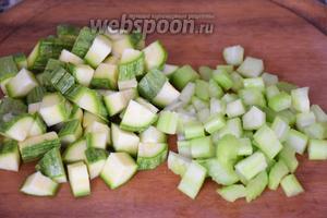 Стебель сельдерея и цукини нарезать маленькими кубиками.