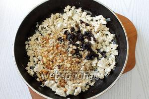 К фаршу добавляем измельчённые чернослив и орехи, соль, перец и хорошо перемешиваем.