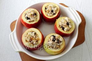 Заполняем яблоки подготовленным фаршем и ставим их в форму для запекания.