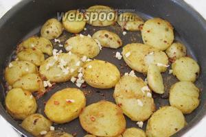 Когда картофель почти готов, добавим нарубленный чеснок.