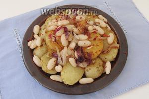 Выложим картофель на тарелку слоями, пересыпая его фасолью с луком.