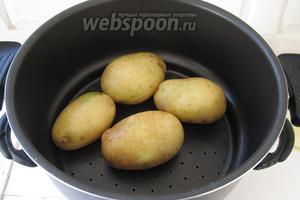 Отварим картофель «в мундирах». Я использовала двухъярусную кастрюлю. И приготовила картофель на пару, пока варилась фасоль. Картофель можно отварить и отдельно.