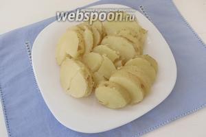 Когда картофель готов, немного остудим его и нарежем кольцами.