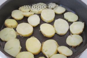 Добавим ещё ложку растительного масла на сковороду и выложим картофель одним слоем.