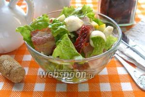 Салат с беконом, томатами и Моцареллой
