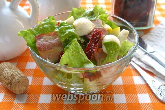Фото Салат с беконом, томатами и Моцареллой