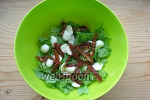 Сушёные помидоры нарезаем полосками и добавляем в салат.