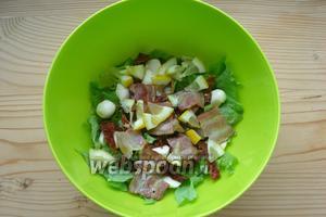 Оставшийся после выдавливания сока лимон не выбрасываем, а нарезаем и отправляем в салат. Перемешиваем и подаём к столу.