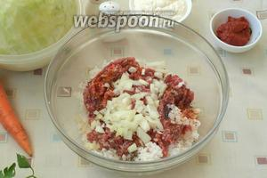 В миску выложить рис, добавить к нему мясной фарш. Нарезать кубиками лук и половину добавить в фарш, посолить и поперчить.