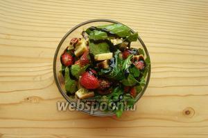 Выкладываем салат в салатницу и сверху поливаем бальзамическим крем-соусом.