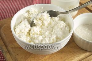 Соединить творог, сахар и йогурт. Можно добавить ванильный экстракт. Аккуратно перемешать лопаткой или венчиком. Если вы используете молоко, то следите, чтобы смесь не получилась слишком жидкой.