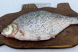 Первым делом подготовьте рыбу. Обрежьте плавники, очистите от чешуи, удалите внутренности. Хорошенько промойте и обсушите салфеткой.