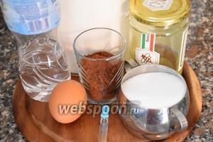 Для приготовления шоколадного бисквита нам понадобятся яйца, сахар, мука пшеничная, мёд, какао порошок, ванильный экстракт и вода.