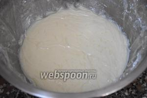 Готовый крем накрыть пищевой плёнкой так, чтобы она соприкасалась с кремом и поставить в холодильник на 1 час.