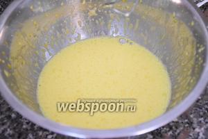 Отделим от 4-ех яиц белки от желтков. Взбить желтки с 30 г сахара, водой (1 ст.л.) и ванильным экстрактом (1 мл), постепенно добавляя мёд (1 ч.л.).