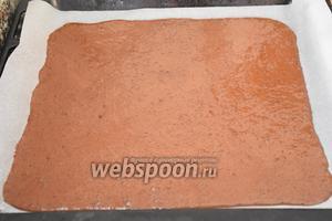 Выложить тесто на противень с пергаментом (37х35 см) и выпекать в разогретой до 220°С духовке 7 минут.