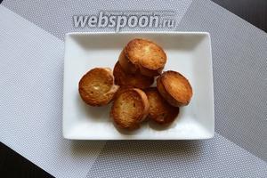 Для подачи запечённого Камамбера приготовим крутоны. Багет подсушим с одной стороны до золотистого цвета.