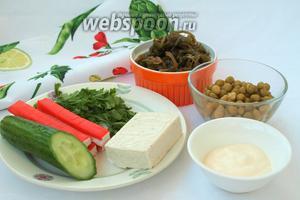 Для приготовления салата нам понадобится морская капуста маринованная, консервированный горошек, свежий огурец, крабовые палочки, плавленый сырок, петрушка и майонез. Соль в салат добавляется по вкусу и желанию.