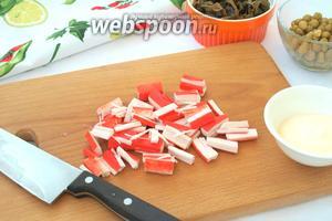 Крабовые палочки нарезать брусочками.