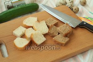 Нарезать хлеб на небольшие квадратики.