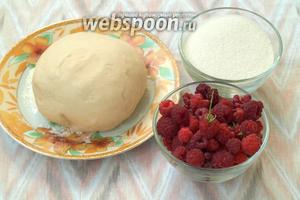 Для приготовления вареников я использовала  тесто приготовленное в хлебопечке  http://webspoon.ru/my-receipt/edit/28639. Также нам понадобится свежая малина и сахар.
