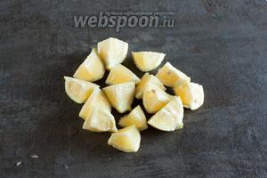 Лимоны нарезаем на куски, которые влезают в горловину вашей мясорубки.
