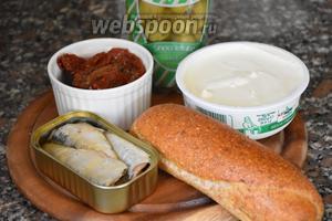 Для приготовления верринов нам понадобятся сардины в масле, сыр Маскарпоне, помидоры вяленые, оливки и хлеб.