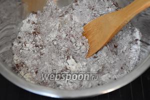 Соединить муку, сахар, какао порошок, разрыхлитель, соль и тщательно перемешать.