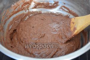 В получившуюся смесь добавить растительное масло, молоко и ещё раз перемешать.