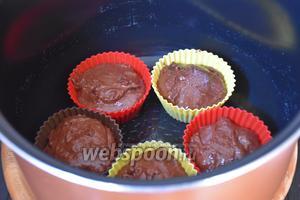 Выложить тесто в формочки для маффинов и поставить их в чашу мультиварки.