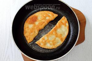 Как следует разогреваем в сковороде масло, оно должно закипеть. Жарим чебуреки на довольно сильном огне с двух сторон, до образования золотистой корочки.