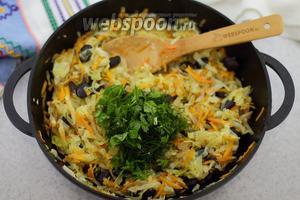 Жареная капуста с чёрной фасолью готова. Добавьте рубленую зелень и подайте к столу. Приятного аппетита!