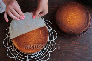 Потом перевернуть на решётку, снять пергамент. У меня формы 23 см, но для торта лучше использовать 20 см, тогда бисквитные коржи будут выше, а если выпекать в 1 форме, то подойдёт даже 25 см.
