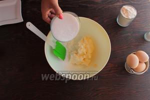 Мягкое масло взбить с сахаром в пышный светлый крем.