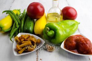 Чтобы приготовить рататуй, нужно взять: цукини, укроп, бальзамический уксус, помидоры, перец, фасоль стручковую, грибы соленые, перец болгарский, зелень кинзы. Для соуса: лук, томаты в собственном соку, масло подсолнечное, соль, сахар.