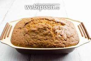 По сигналу вынуть кекс из духовки. Немного остудить его в форме.